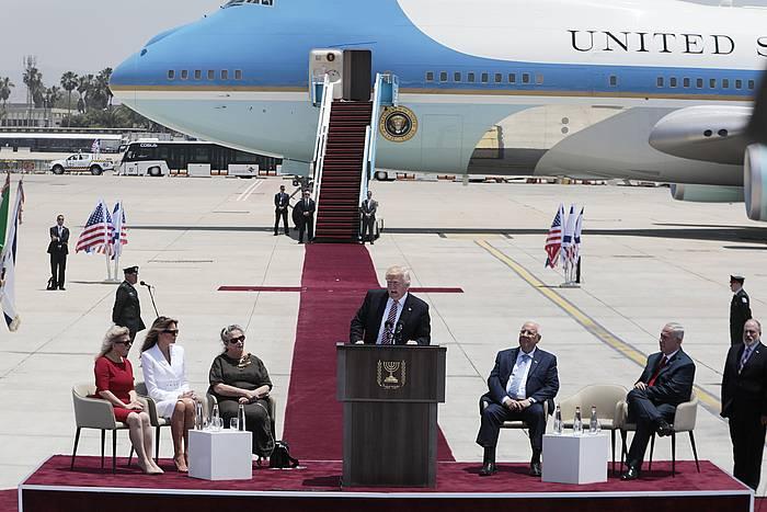 Trump, Israelgo agintariek Tel Aviven aireportuan egin dioten harreran. / ©JIM HOLLANDER, EFE