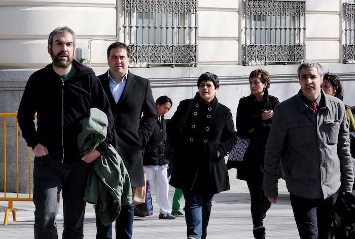 Argazki Press ©Remirez, otsailean Espaianiko Auzitegi Nazionalera bidean, EH Bilduko diputatuekin.