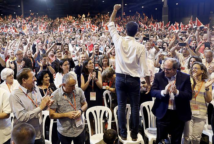 Pedro Sanchez aulki batera igota, PSOEren 39. kongresuan. /