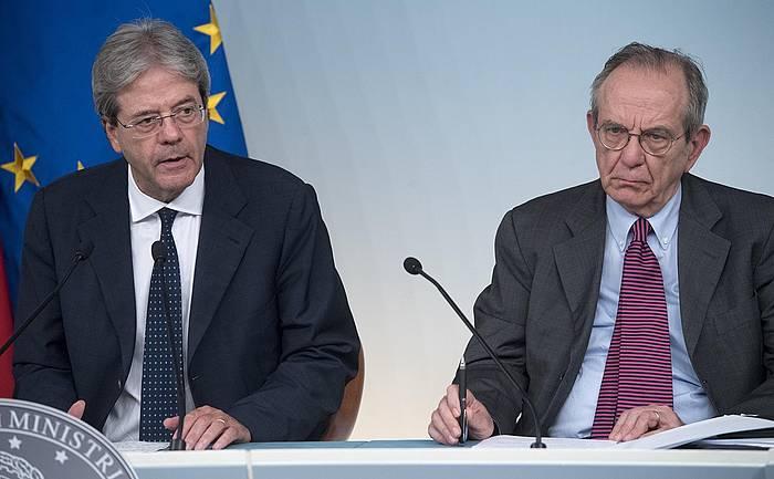 Paolo Gentiloni Italiako lehen ministroa eta Pier Carlo Padoan Finantza ministroa. ©CLAUDIO PERI / EFE
