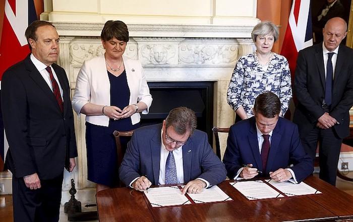 Eskoziako eta Galesko gobernuak haserrearazi ditu Mayren eta DUPen akordioak