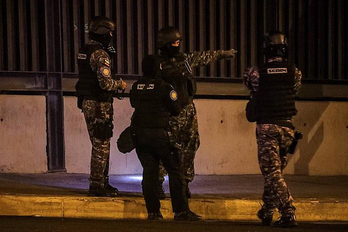 Polizia Gorenaren ataria zaintzen, erasoaren ondoren. / ©Miguel Gutierrez, EFE
