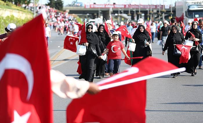 Herritarrak Erdoganen aldeko manifestaziora bidean, Istanbulen. /