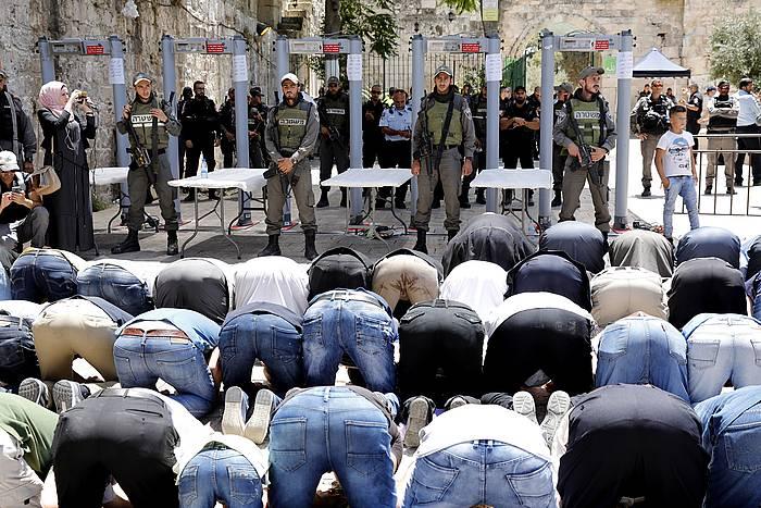 Joan zen asteko protesta egunean, palestinarra detektagailuen aurrean otoitzean. ©ABIR SULTAN, Efe