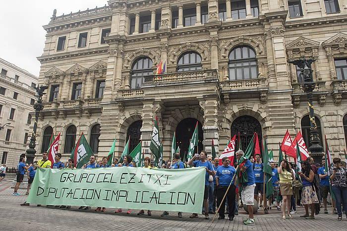 Joan den astean ere CELeko langileek elkarretaratzea egin zuten Bizkaiko Aldundiaren atarian. ©Monika del Valle / Argazki Press