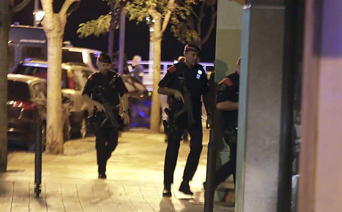 Polizia Cambrilsen, erasoaren ostean. ©David González / EFE