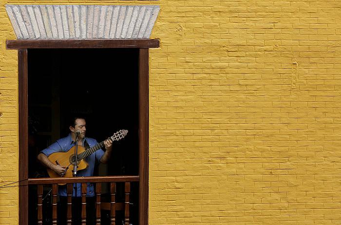 Raul Rodriguez gitarjoleak atzo La Mañueta kaleko balkoi batean emandako kontzertua. / ©Villar López, EFE