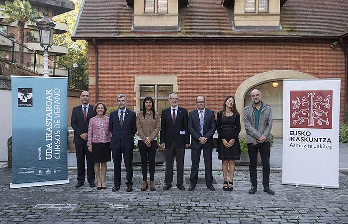 Euskal unibertsitateetako ordezkariak, Eusko Ikaskuntzako presidenterekin, udako ikastaroaren hasieran.