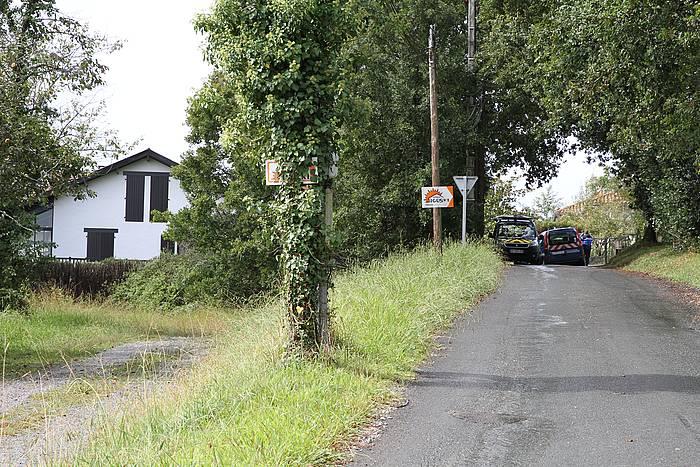 Frantziako polizia Uztaritzen, emakumea hilik aurkitu duten etxea miatzen.