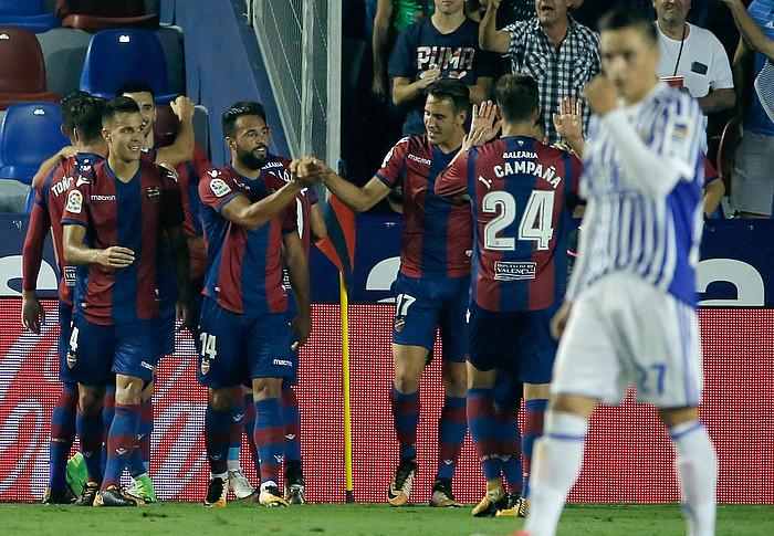 Levanteko jokalariak partidako lehenengo gola ospatzen, Gorosabel Realeko gaztea burumakur den bitartean, atzo jokaturiko neurketan. ©Juan Carlos Cardenas / EFE