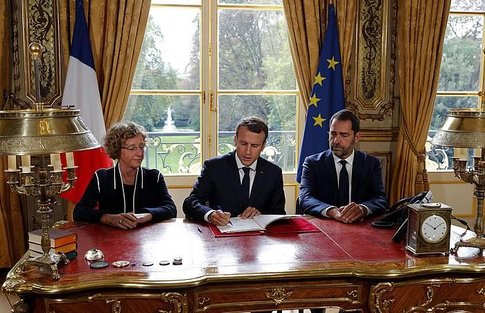 Emmanuel Macron Frantziako presidentea Lan Kodearen erreformaren ordenantzak sinatzen. / ©Philippe Wojazer, EFE