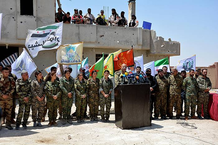 Talal Salu jenerala, Raqqa askatzeko operazioaren hasiera azaltzen ©YOUSSEF RABIE YOUSSEF / EFE
