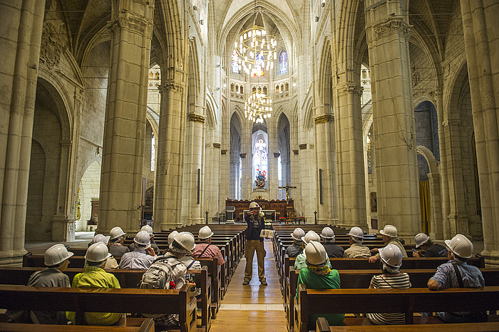 Gurtzarako prest dago jada Santa Maria katedrala; barruan, bankuetan eserita, bisitariak Loinaz Mosteiro gidariari adi. ©Juanan Ruiz / Argazki Press