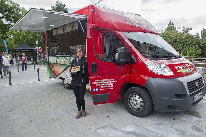 Nora Calzadak iazko maiatzean sortu zuen Papa Movil furgoneta. ©Juanan Ruiz / Argazki Press