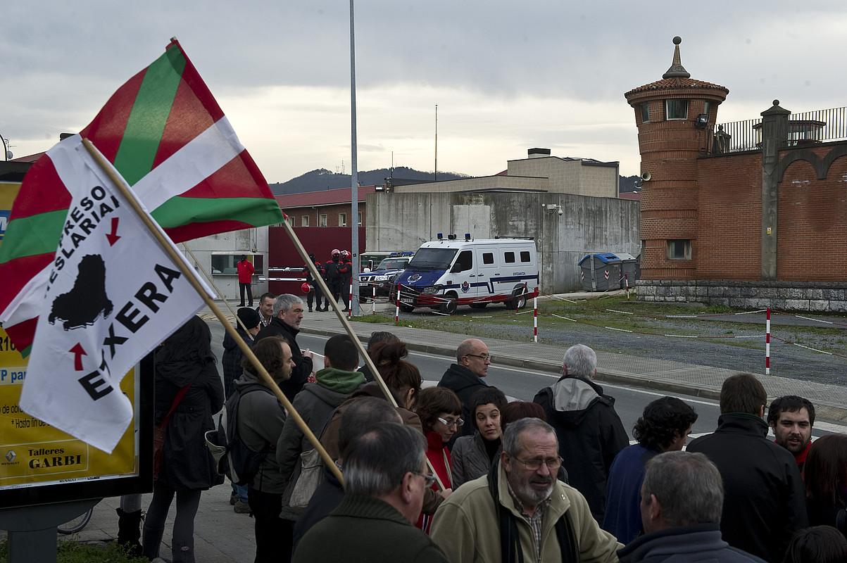 Basauriko espetxearen aurrean elkarretaratzea egin zuen ezker abertzaleak. ©LUIS JAUREGIALTZO / ARGAZKI PRESS