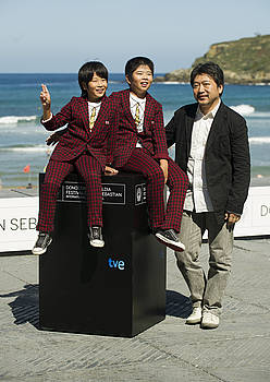 Hirokazu Kore-eda zinemagilea, Koki eta Oshiro Maeda anaiekin, atzo, Donostian, <em>Kiseki</em> erakutsi ostean. / GARI GARAIALDE / ARGAZKI PRESS
