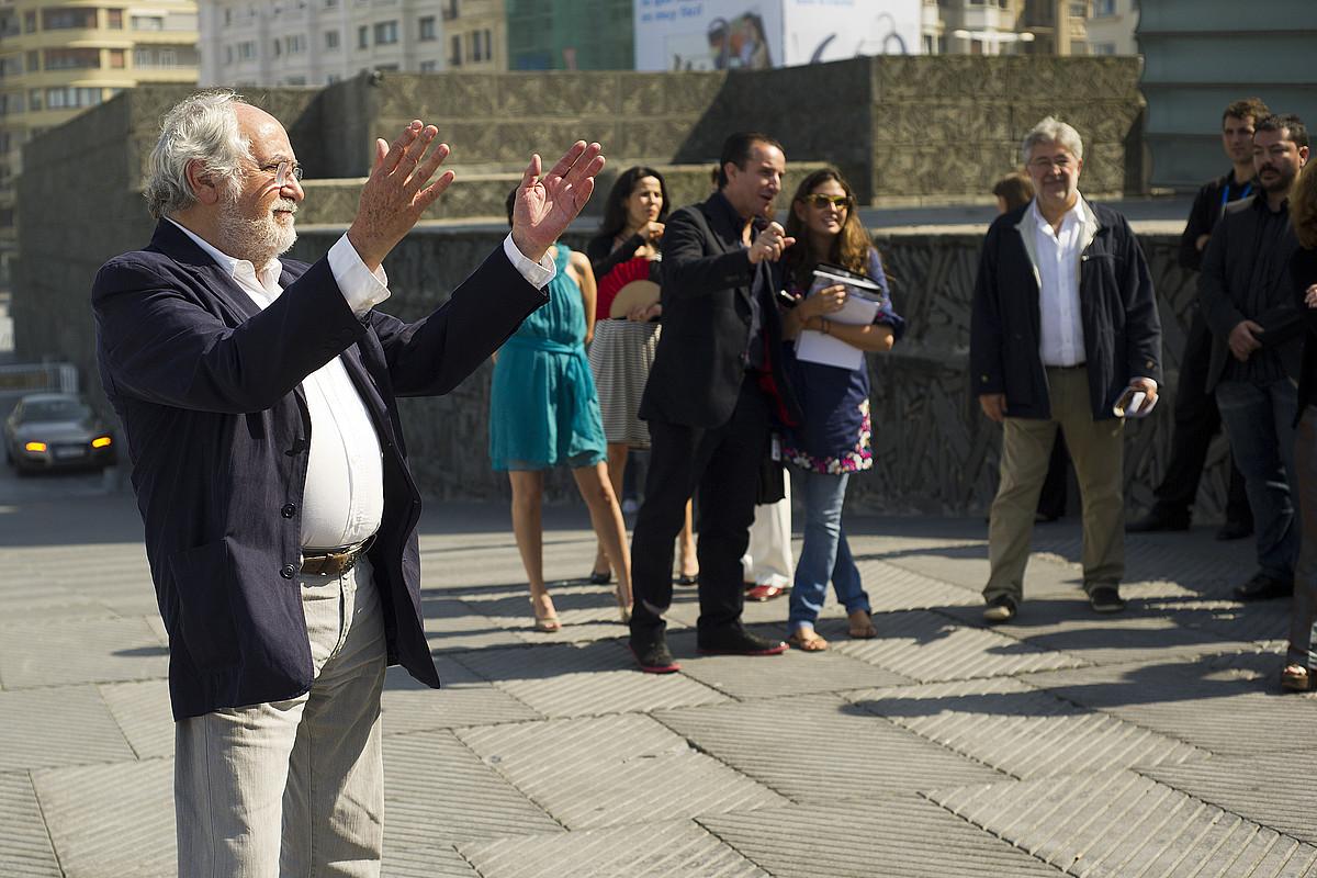 Arturo Ripstein zuzendaria, <em>Las razones del coraz�n</em> filmeko taldearekin, atzo, pelikularen emanaldiaren ostean, Donostian. / GARI GARAIALDE / ARGAZKI PRESS