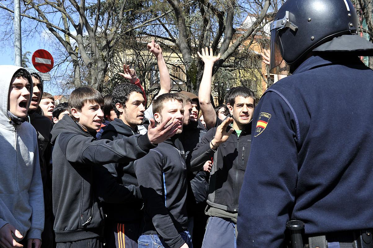 Polizia ikasleei oldartu zitzaien atzo Iruñean hezkuntza publiko baten alde eginiko protestan.