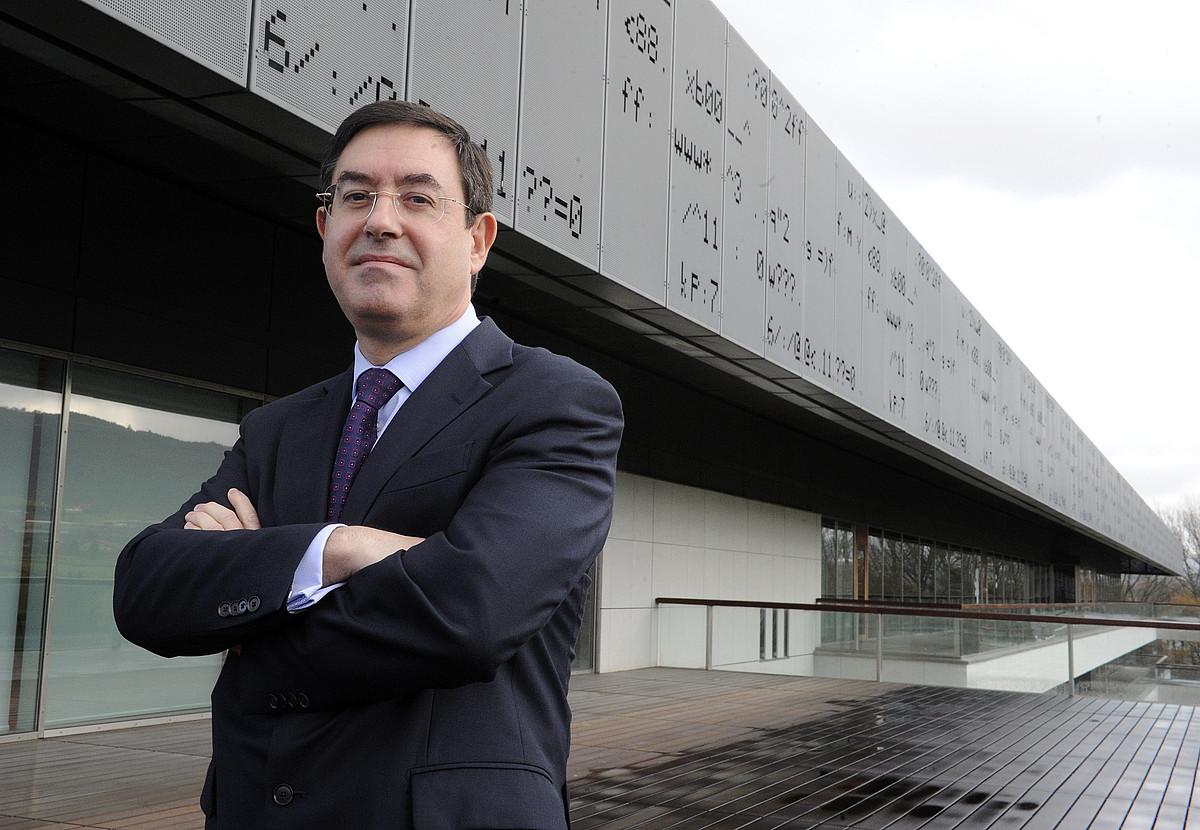 Alberto Garcia Erauzkin Euskalteleko presidentea, abenduan, enpresaren egoitzaren aurrean.