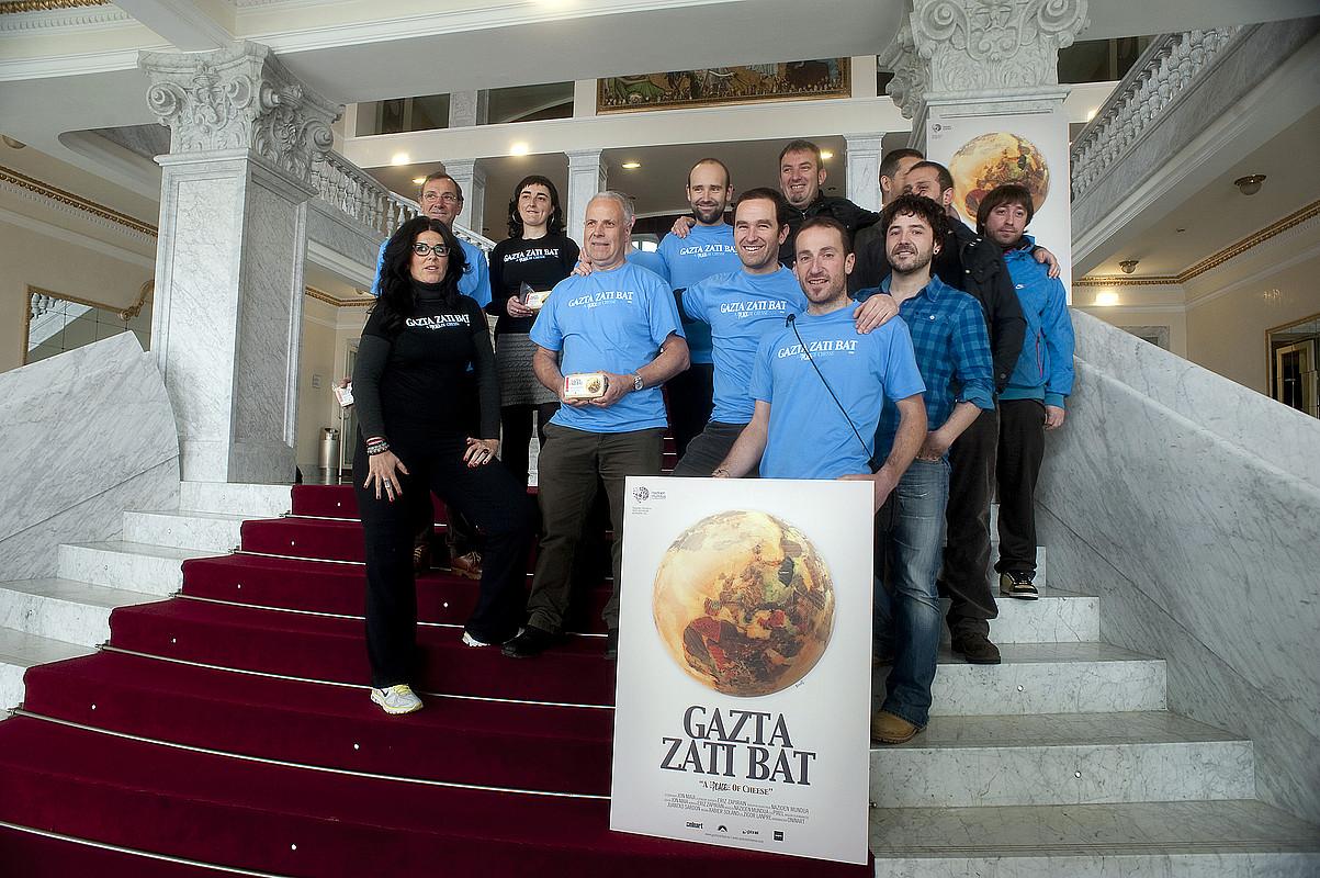 Nazioen Munduko kideak, atzo, Jon Maia zuzendariarekin eta Xabier Solano zein Zigor Lanpre musikariekin batera.