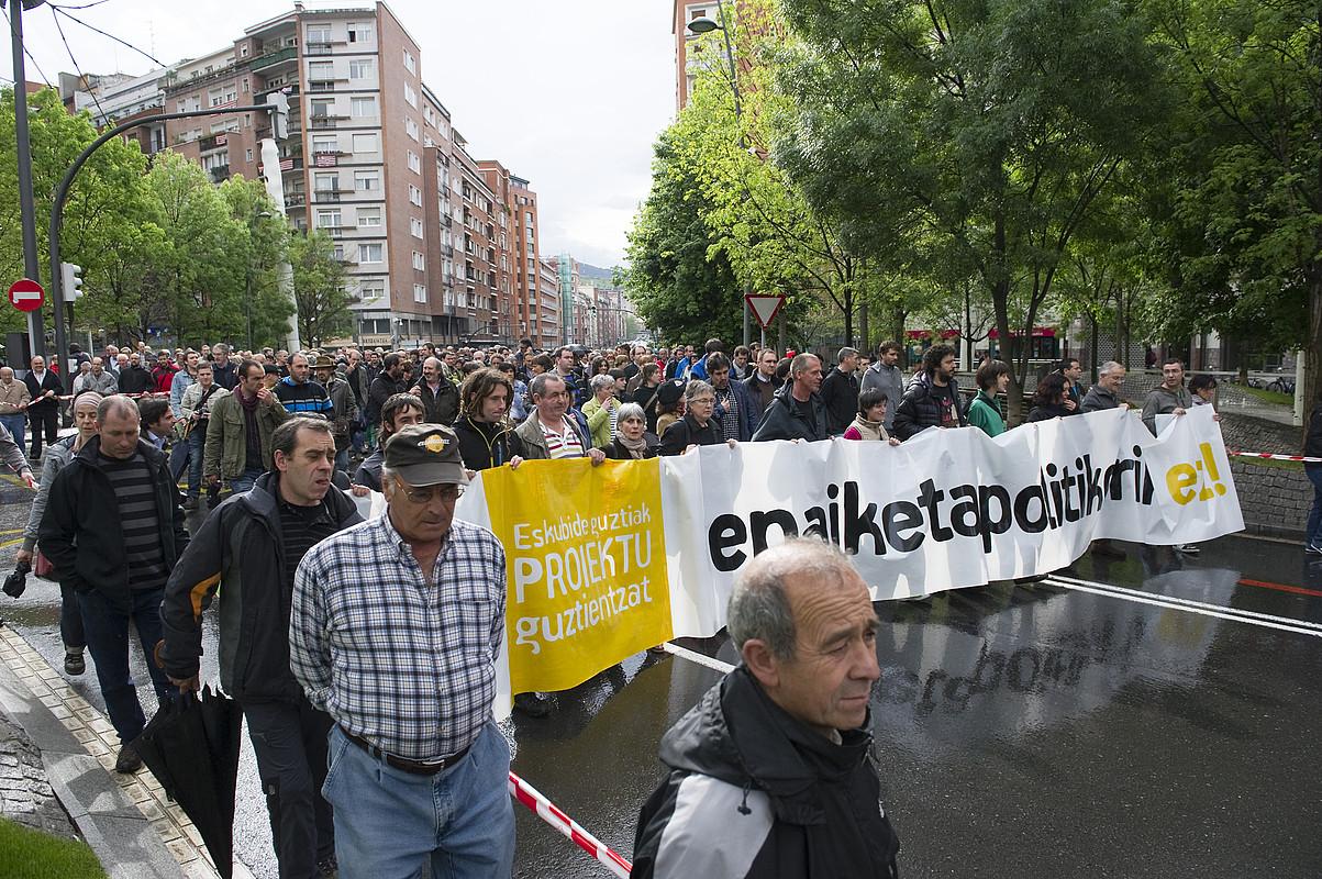 <em>D3M eta Askatasuna auzia</em> salatzeko manifestazioaren pankartaburua, atzo, Bilboko kaleetan.