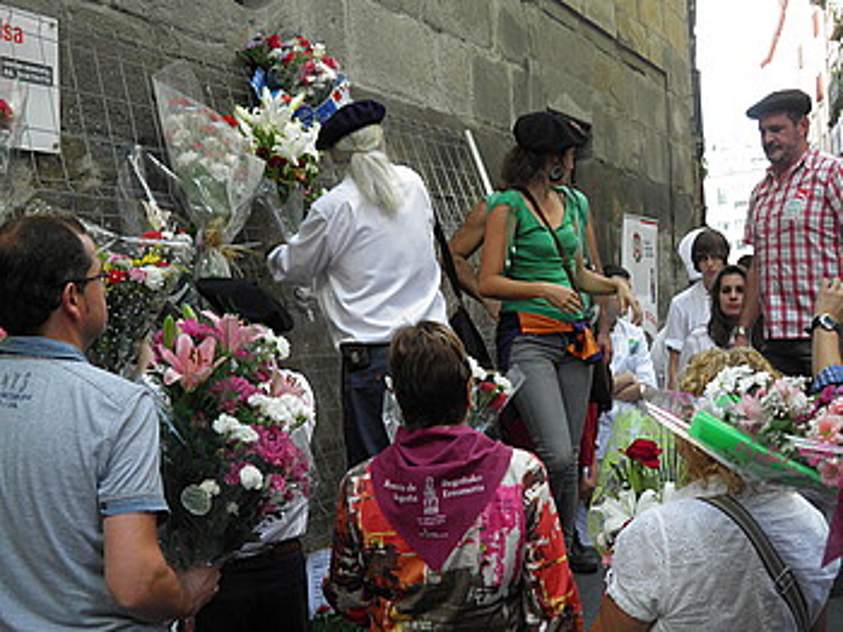 Iñigo Garatu, erakusketako argazkietako bati begira. ©ARITZ LOIOLA / ARGAZKI PRESS