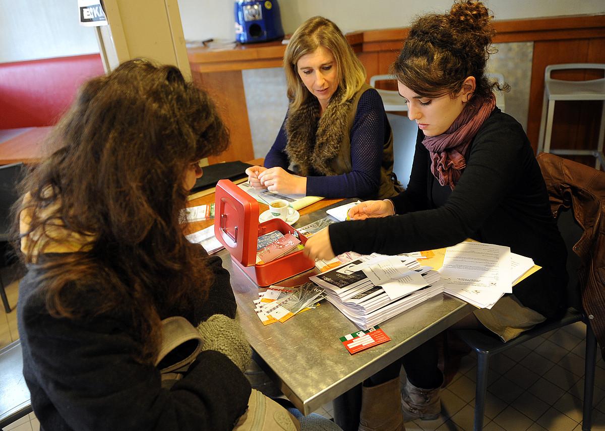 Herritar bat Euskal Moneta elkarteko kide egiten eta euroak euskoz trukatzen.