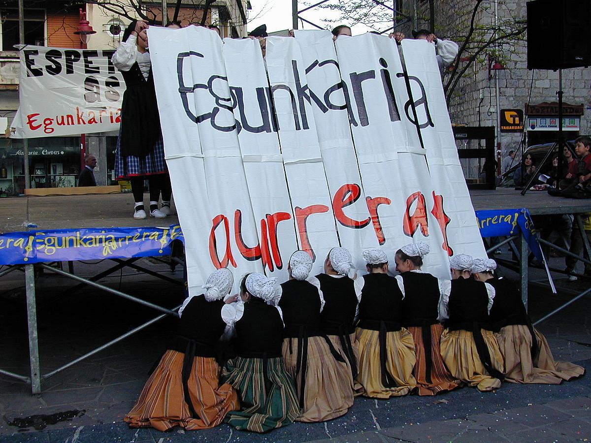 Hernaniko dantzariak, <em>Egunkaria aurrera</em> afixa osatzen.