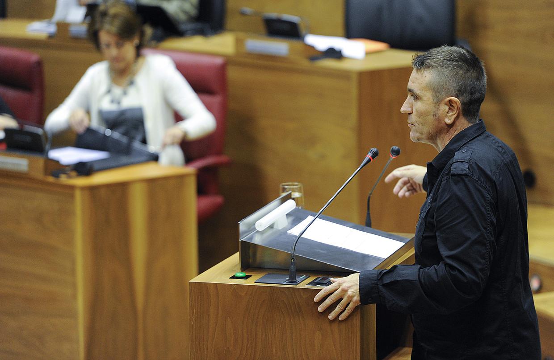 Nafarroako presidente Yolanda Barcina, bere eserlekuan, eta Bilduko Victor Rubio, atzoko saioan .