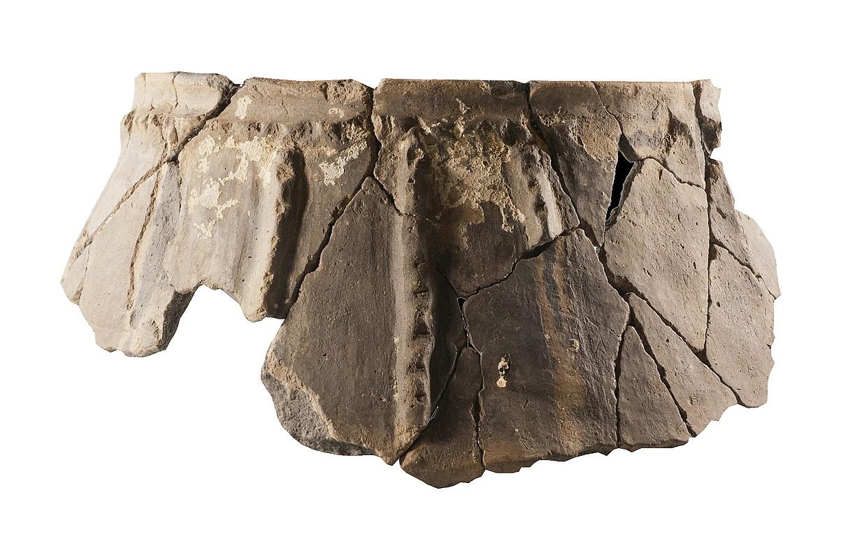 San Adriango koban aurkitu duten zeramikazko ontzi osoenetako bat.