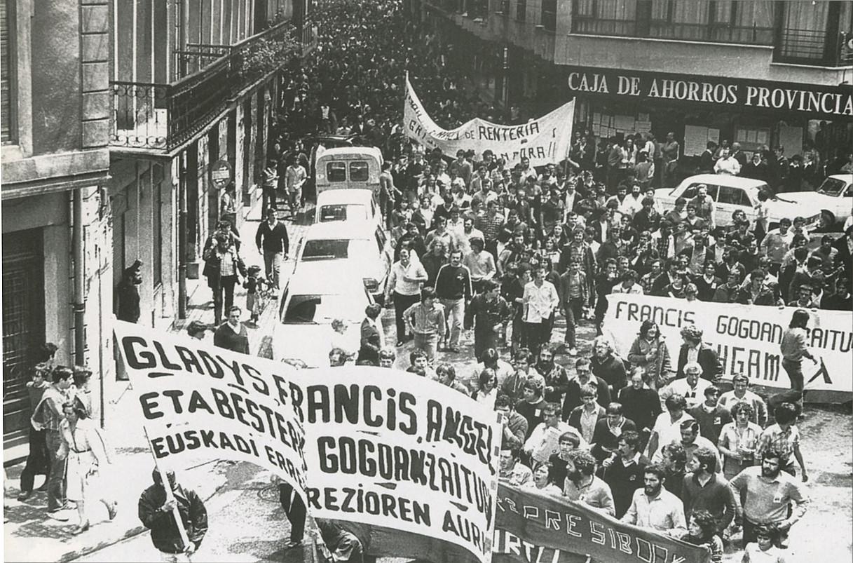 Vicente Vadillo <em>Francis</em> hil zutela eta, 10.000 lagunek Errenteriako kaleak bete zituzten, EHGAMen lehen protestan.</em>