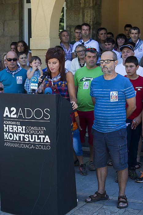 Irune Aspiazu eta Joseba Martin, Ados plataformako kideak, igandean egindako agerraldian. / LUIS JAUREGIALTZO / ARGAZKI PRESS