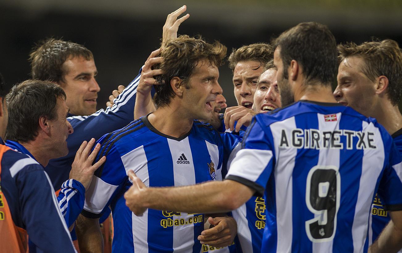 Realeko jokalariak eta teknikariak, atzo, pozez zoratzen, Xabi Prietok 71. minutuan sartu zuen gola ospatzen. ©ANDONI CANELLADA / ARGAZKI PRESS