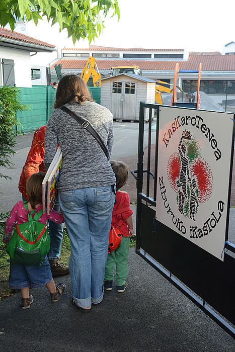 Ikasturteko lehenbiziko eguna atzo izan zuten Ziburuko ikastolako haurrek. ©SYLVAIN SENCRISTO