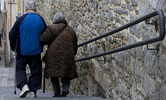 Adineko pertsonen beharrei buruz pentsatuta sortu zuten Mendekotasuna Legea. Irudian, bi edadetu, Gasteizko Alde Zaharrean. ©RAUL BOGAJO / ARGAZKI PRESS