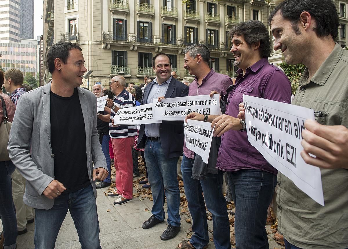 Jon Iñarritu, Oskar Matute, Pello Urizar eta Julen Arzuaga, auzitegiaren aurrean egindako elkarretaratzean, Hasier Arraiz agurtzen.