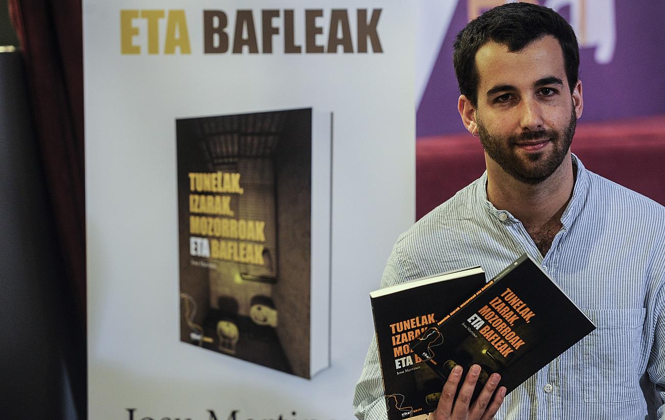 Josu Martinez, atzo, <em>Tunelak, izarak, mozorroak eta bafleak</em> liburua aurkezten.</em> &copy;JAGOBA MANTEROLA / ARGAZKI PRESS