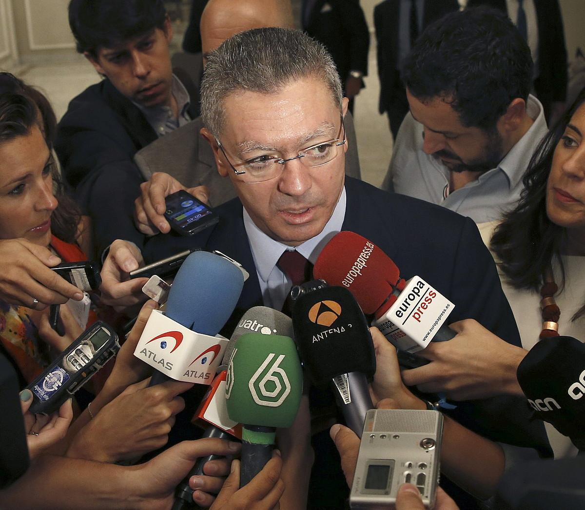 Alberto Ruiz Gallardon Justizia ministroa, atzo, kazetarien aurrean mintzatzen. ©SERGIO BARRENECHEA /EFE