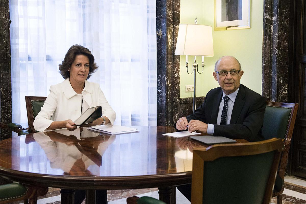 Yolanda Barcina eta Cristobal Montoro Espainiako Ogasun ministroa, atzo, bilera hasi aurretik. ©LUCA PIERGIOVANNI / EFE