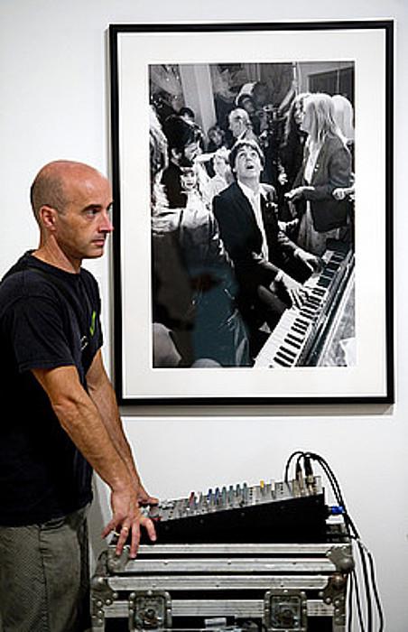 Paul McCartneyk Ringo Starren ezkontzan pianoa jo zueneko argazkia dago erakusketan. ©JUAN CARLOS RUIZ / ARP