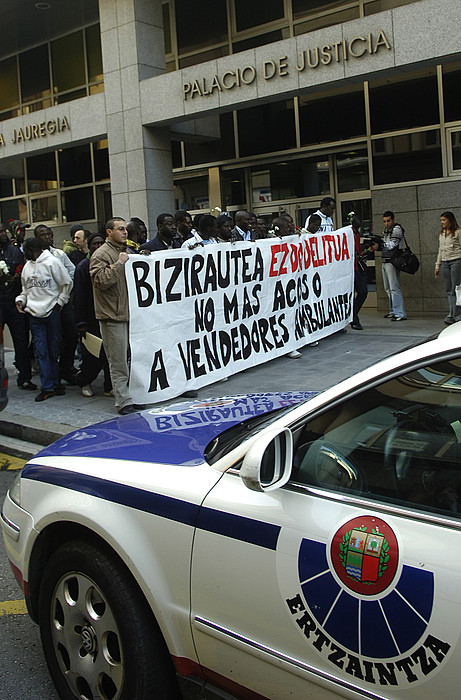 Saltzaileak epaitegi aurrean, 2009an, atxiloketa batengatik protestan. ©L. J. / ARP