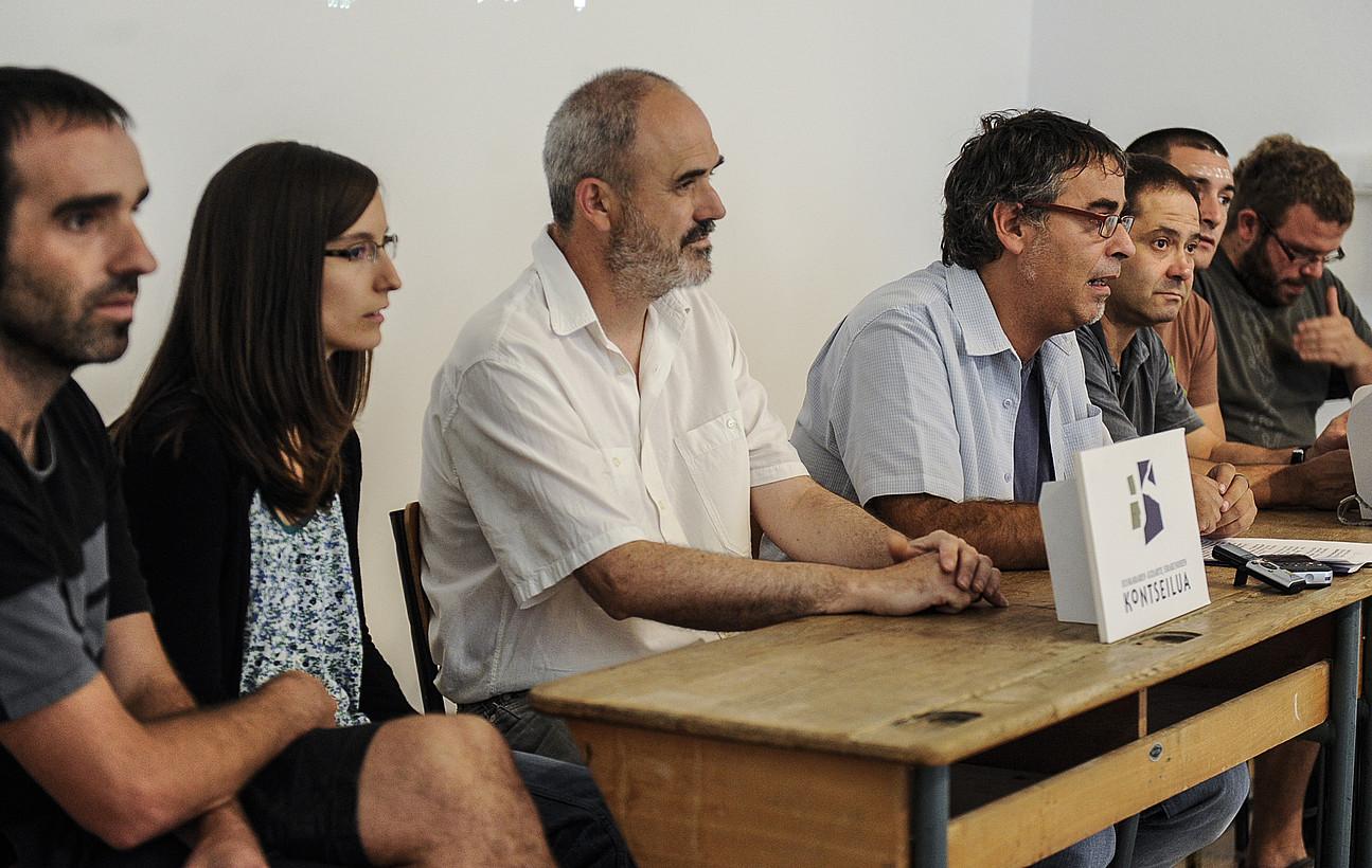 Kontseiluko ordezkariak, atzoko agerraldian. ©JAGOBA MANTEROLA / ARGAZKI PRESS