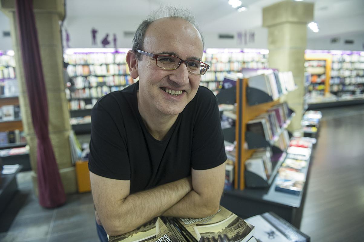 Xabier Mendiguren Elizegi, <em>Arantzak barrurantz</em> liburuaren aurkezpenaren aurretik.</em> &copy;JON URBE / ARGAZKI PRESS