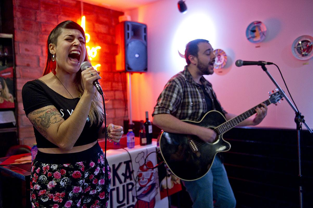 Tania de Sousa abeslaria eta Fermin Bouza gitarrista, atzo, <em>Tania Tank</em> diskoa aurkezten, Donostiako A Fuego Negro tabernan.</em> &copy;JUAN CARLOS RUIZ / ARGAZKI PRESS