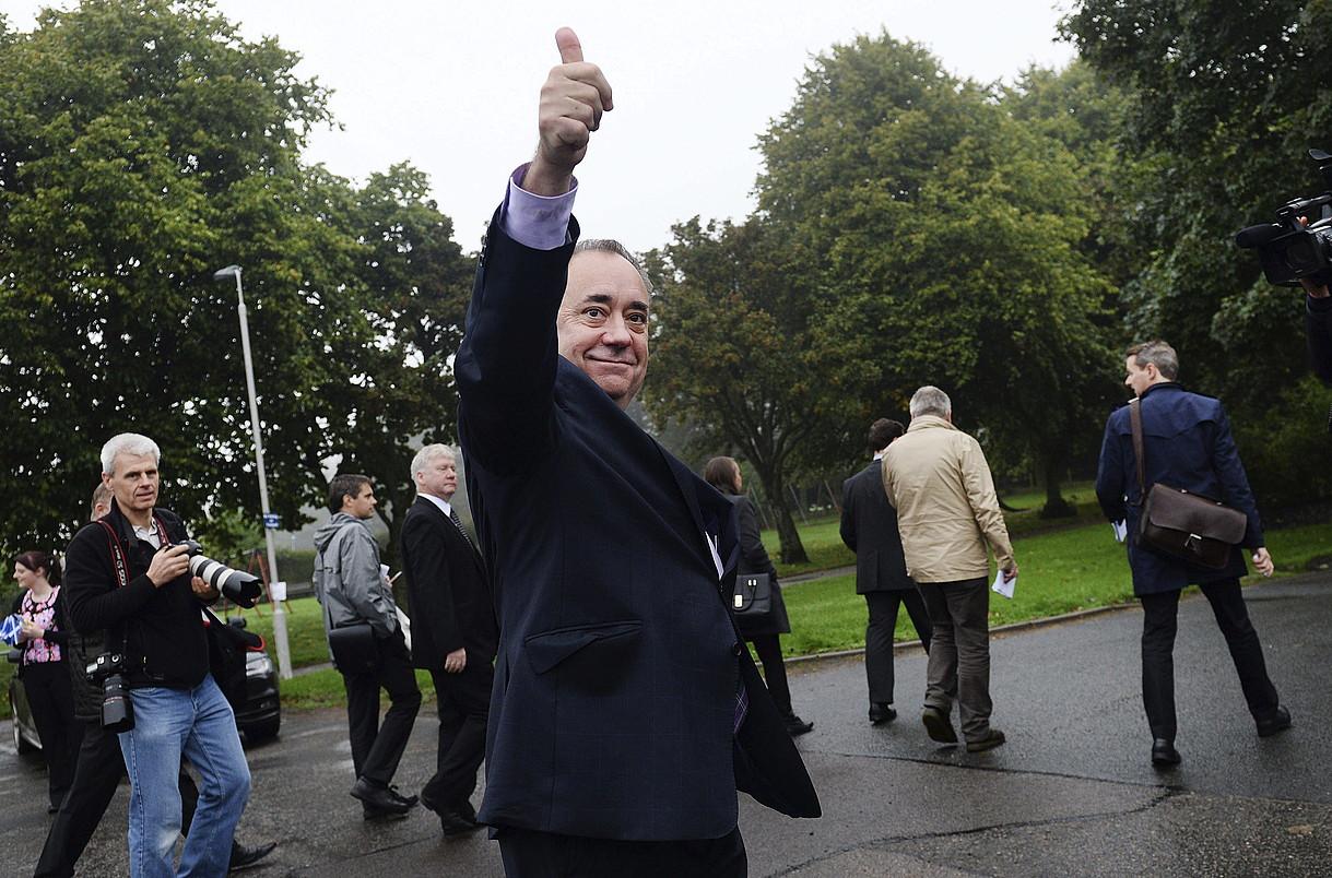 Alex Salmond Eskoziako lehen ministroa, garaipenaren keinua egiten, Strichenen botoa eman ondoren. ©ANDY RAIN / EFE