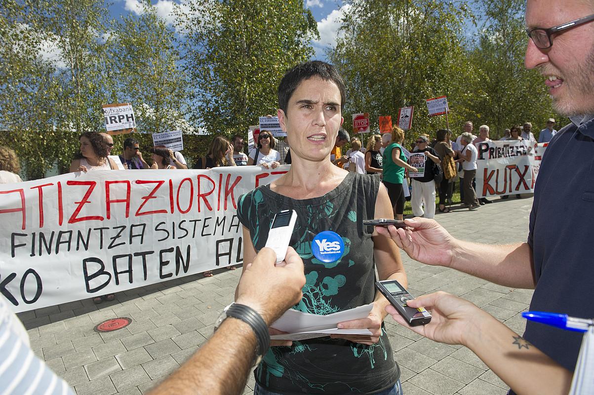 Judith Garcia Bilduko ordezkaria atzo, adierazpenak egiten, Batzar Nagusietako elkarretaratzean. ©JON URBE / ARGAZKI PRESS