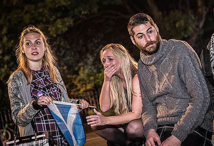 Independentziaren aldeko eskoziarrak, Edinburgon, lur jota, gau osoko boto kontaketaren ostean ezetzak irabazi duela jakitean. ©JORDI BORRAS