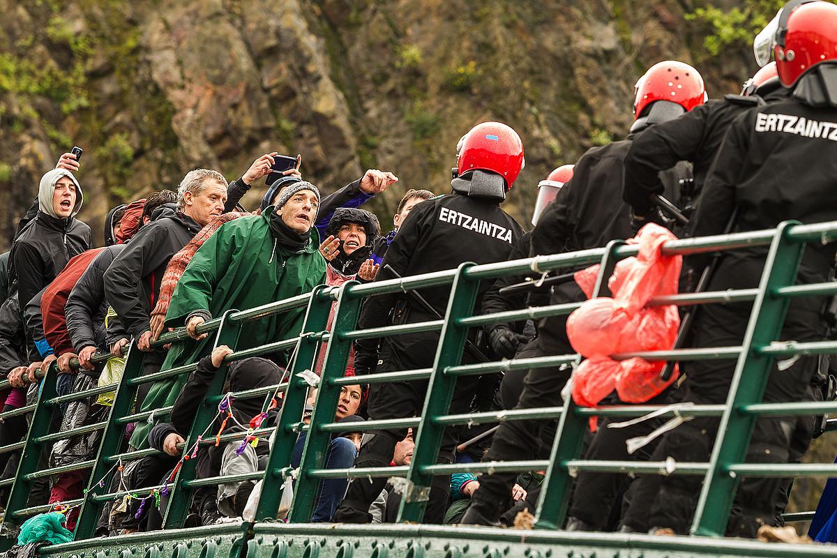 Iazko maiatzean herri harresia egin zuten Ondarroan, Urtza Alkorta babesteko. ©ARITZ LOIOLA / ARGAZKI PRESS