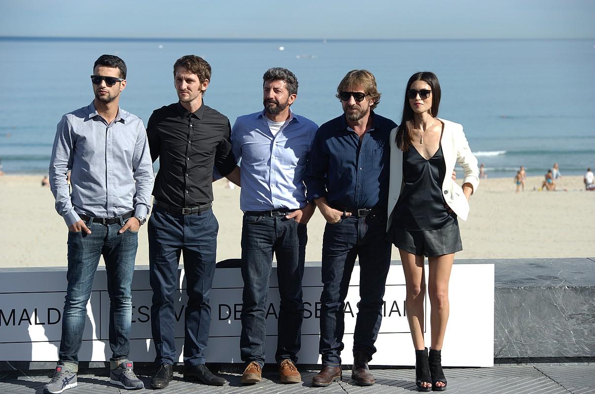 Rodriguez (erdian), <em>La isla mínima</em> filmeko aktore taldearekin.</em> &copy;A. CANELLADA / ARP
