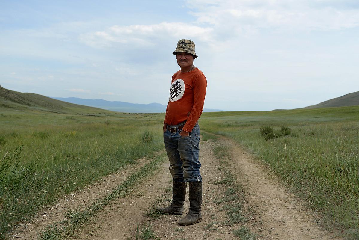 Tsagaan Khass mugimenduaren landa eremuko kide bat, Mongoliako estepan nazioarteko multinazionalen jarduna ikertzen aritzen direnetako bat. ©ZIGOR ALDAMA